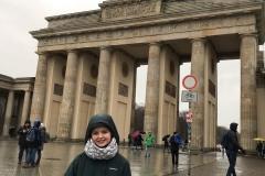 Ich vor dem Brandenburger-Tor im Dauerregen